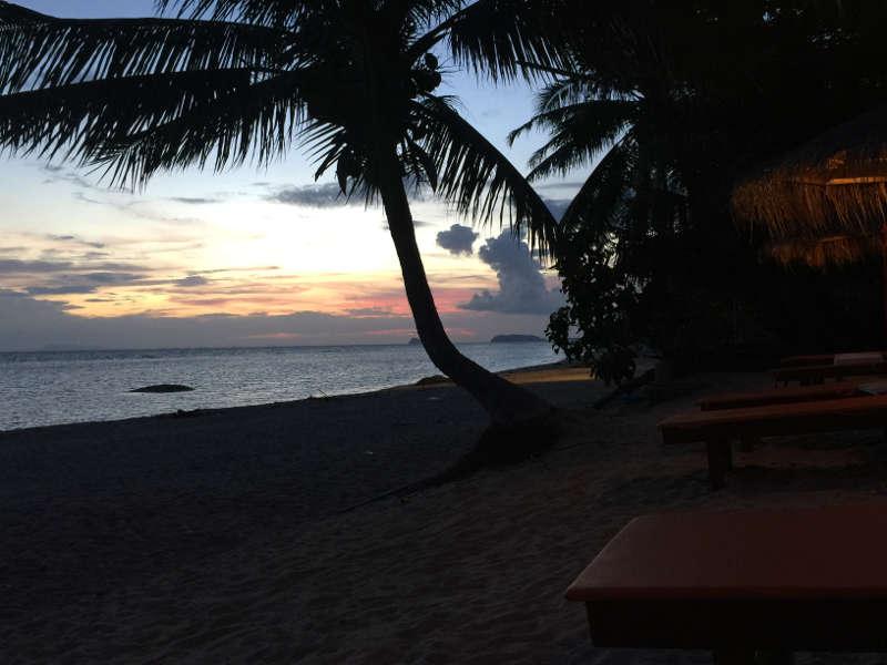 Een foto van een prachtige zonsondergang op een privé strand op Koh Phagnan.