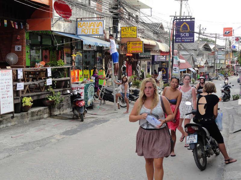 Een foto van het kleine stadje op Koh Phagnan in Thailand. Dit is de plek waar zich de Full Moon Party afspeelt.