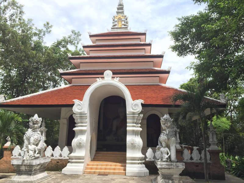 Een tempel in de bergen rondom de thaise stad Chaing Mai