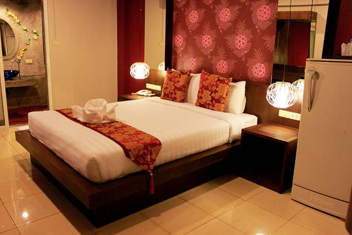 Afbeelding van een bed in een van de kamers van het Chana Place in Chiang Mai