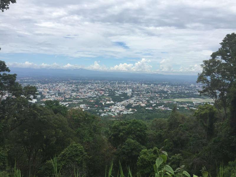 Een foto waarop de stad Chiang mai te zien is vanaf een afstand. Deze foto is genomen vanuit de omliggende bergen.