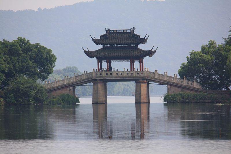 Een foto van de brug die over  Hanghzou rivier loopt