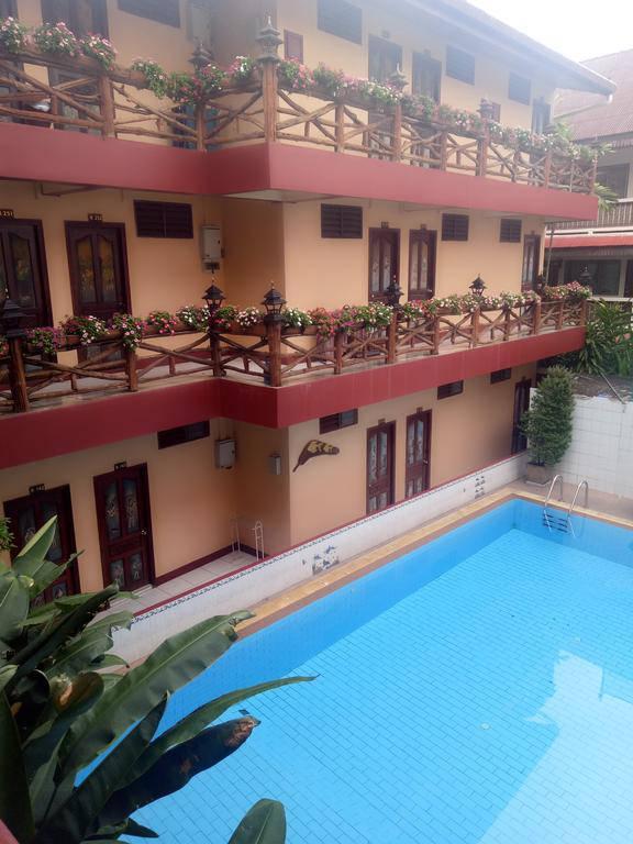 Foto van het zwembad dat onderdeel is van het  S.K House 1 in Chiang Mai