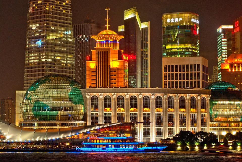 Een prachtige foto van een deel van de stad shanghai bij nachtlicht,