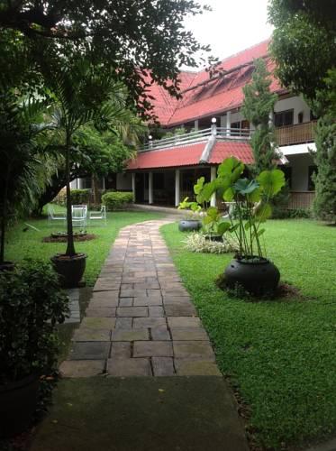 Een dichbtij foto van de tuin van het baankaew guesthouse in de stad Chiang mai in Thailand