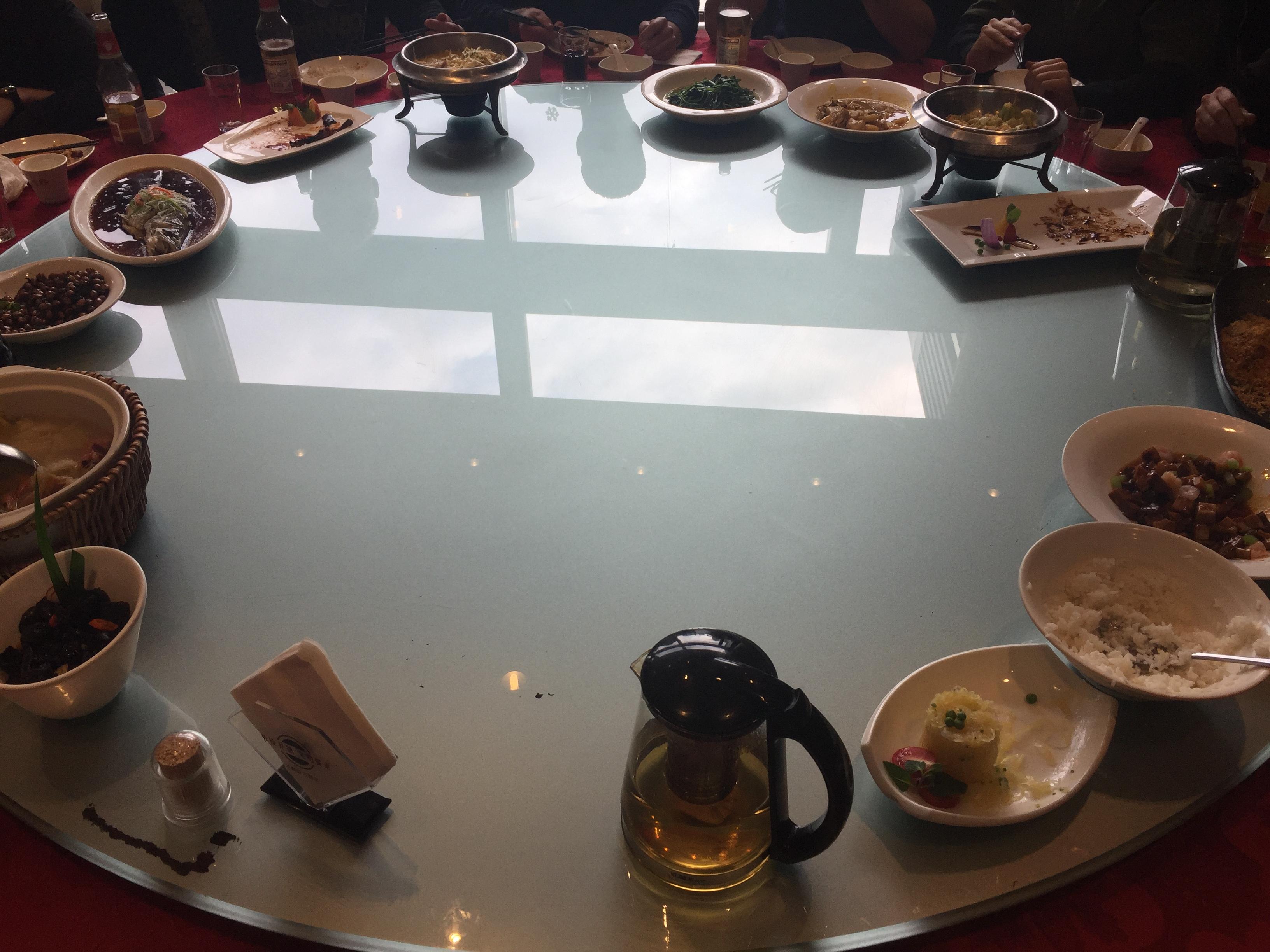 Een foto van een typische draaitafel met eten dat men bij een chinees restaurant in Shanghai kan verwachten