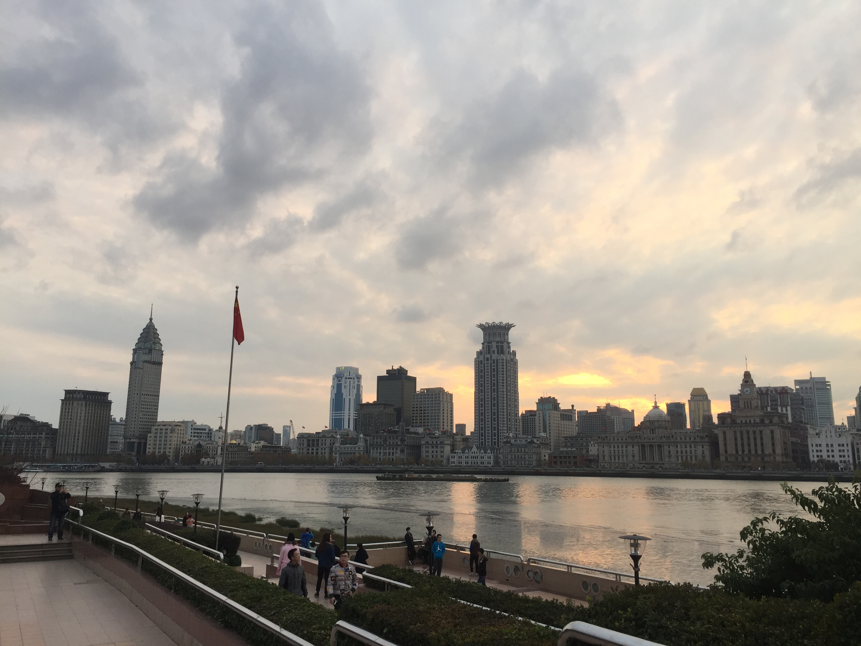 Een foto van Shanghai vanaf de andere kant van de bezienswaardigheid de  bund gemaakt
