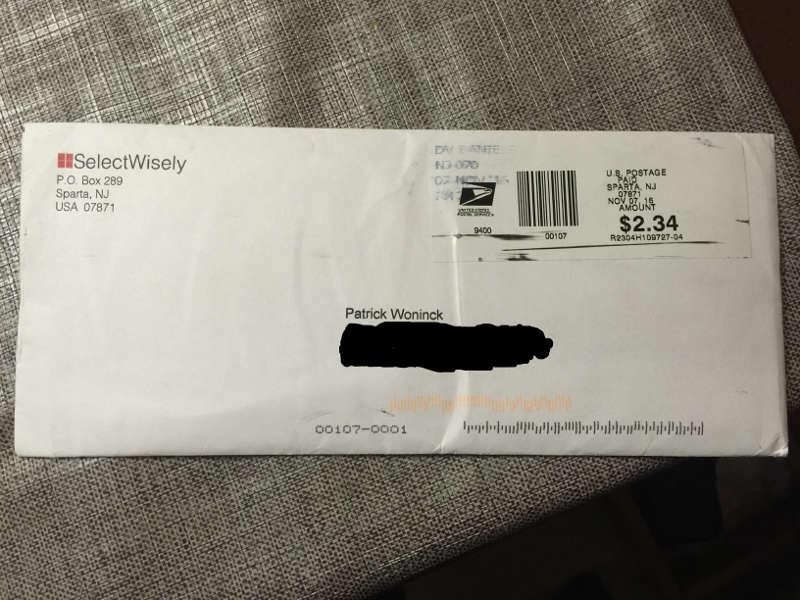 Een foto van een dicht enveloppe waar anti allergie kaartjes inzitten.