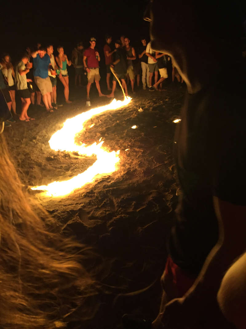 Een brandend vuur touw op het Thaise eiland Koh Tao