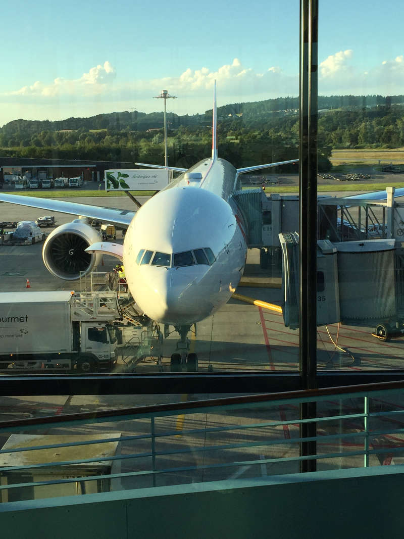 Een foto van een vliegtuig dat op het punt staat om te vertrekken naar Thailand