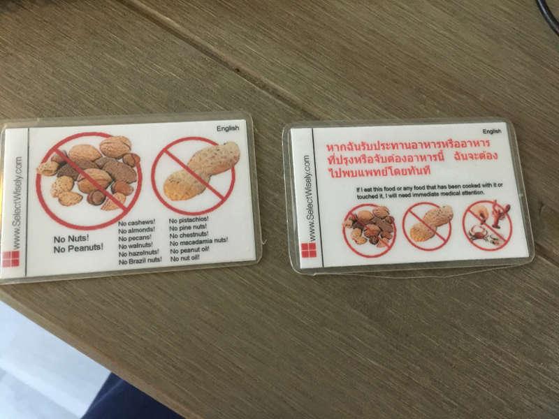 Een foto van de voorkant van een anti allergie kaartje.