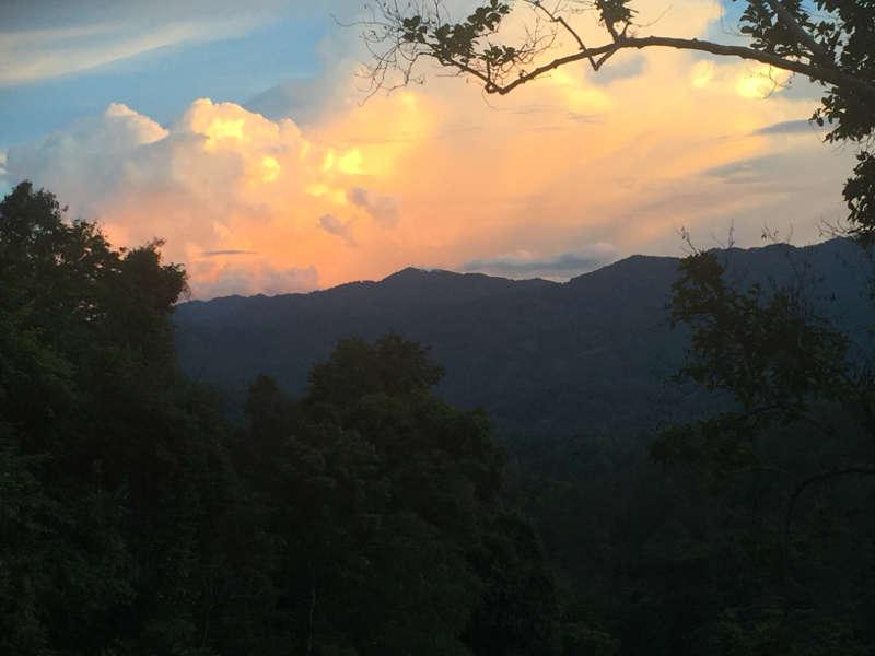 Een foto van een prachtige zonsondergang op route 1095. De weg van Chiang Mai naar Pai.