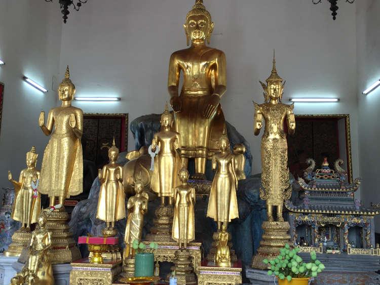Afbeeldingen van diverse boeddha beelden in het tempelcomplex van de Wat Pho in Thailand