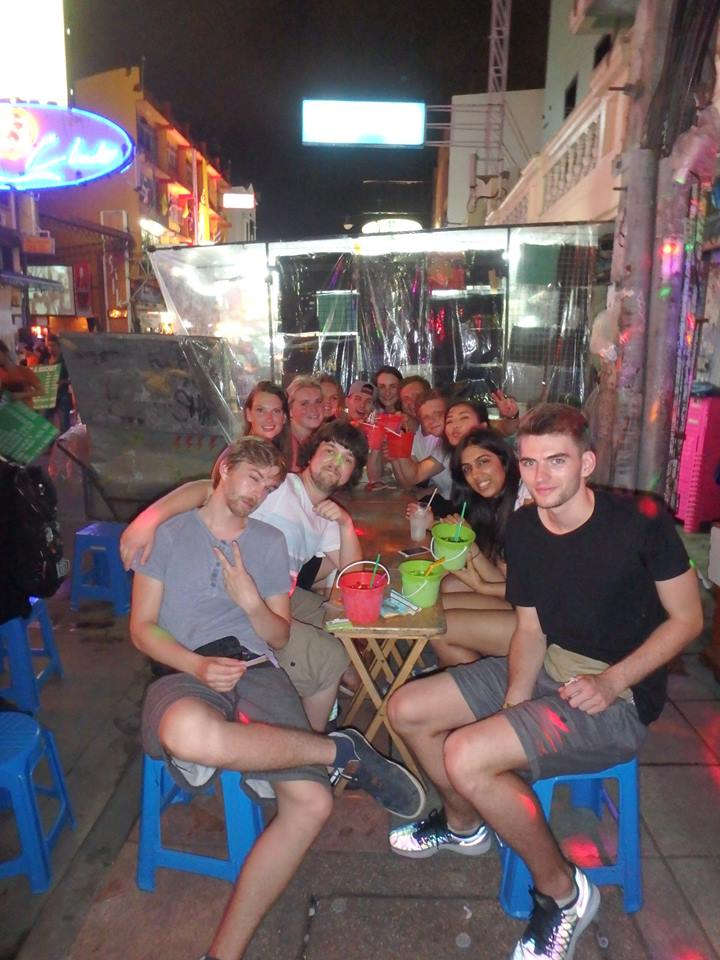 Een foto van een groep backpackers op Khao San Road in Bangkok.