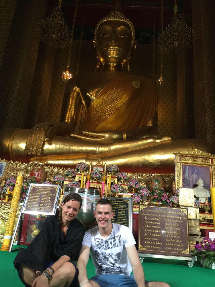 Foto van twee alleen reizigers die samen een tempel bezoeken