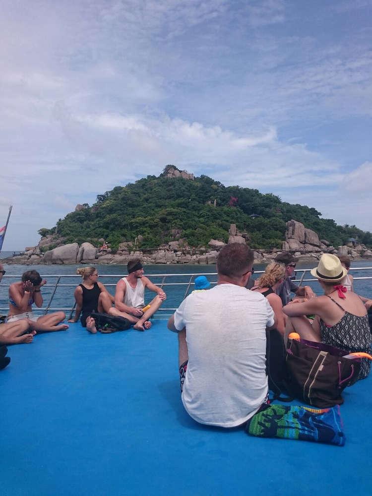 Foto van een groepje reizigers op een denk van een schip in het zonnige zuiden van Thailand