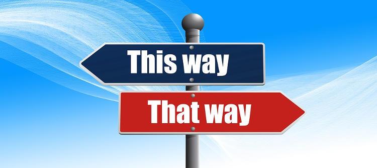 Een afbeelding met een wegwijsbord waarop twee verschillende mogelijkheden staan. Deze afbeelding representeert de keuze die ieder persoon in zijn leven kan maken.