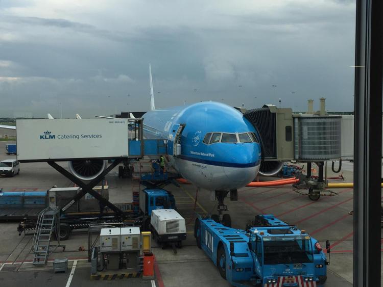 Een afbeelding van een vliegtuig van KLM met als bestemming Bangkok Thailand