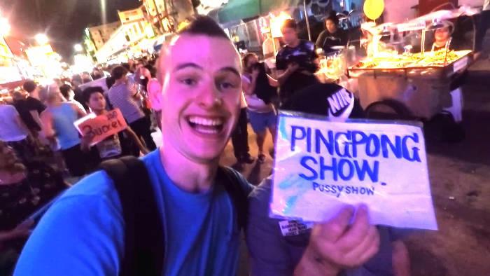 Foto van mijzelf met het bordje van de ping pong show in Thailand