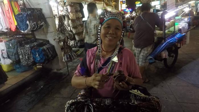 Thaise mevrouw die allemaal rotzooi verkoopt