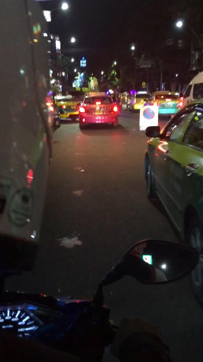 Foto genomen terwijl de fotomaker achterop een motorbike taxi in Bangkok zit