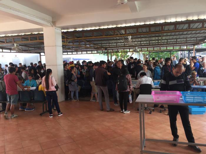 Een foto van een lange wachtrij genomen op het kantoor van het Thaise consulaat in Vientaine