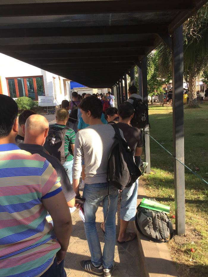 Lange wachtrij bij het Thaise consulaat in Vientiane