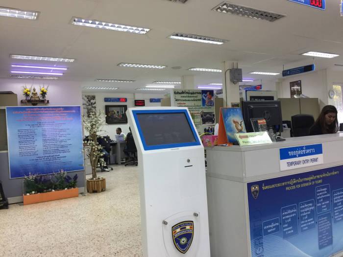 Foto van een ticketmachine in het immigratiekantoor in Krabi
