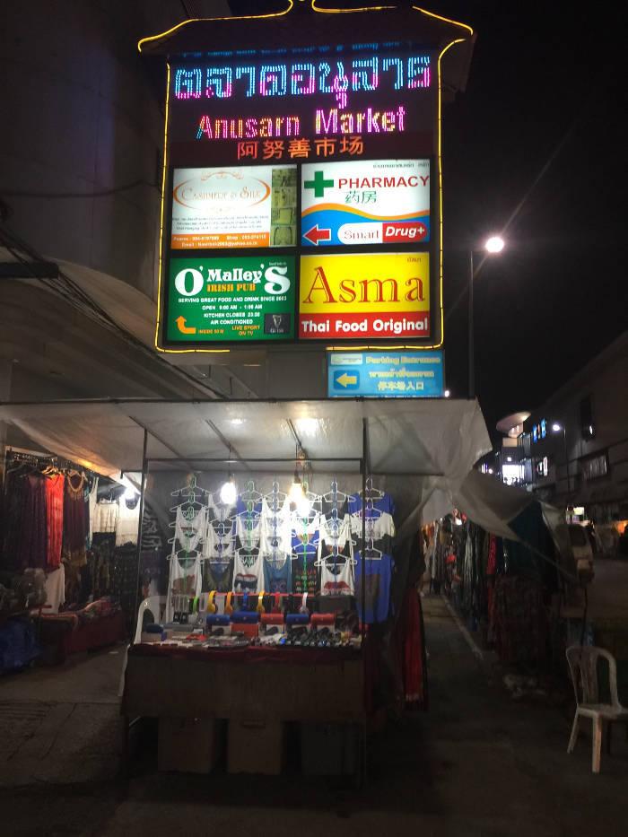 Afbeelding van een Neon verlicht met bord met de tekst Anusarn markt in Chiang Mai
