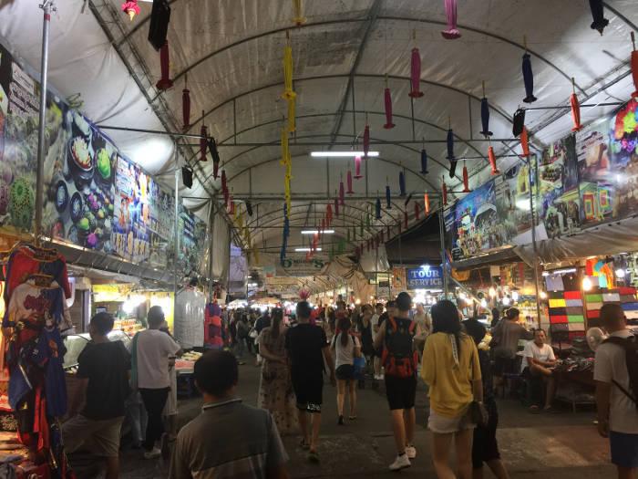 Foto van het overdekte gebied van de Anusarn markt in Chiang Mai, Thailand.