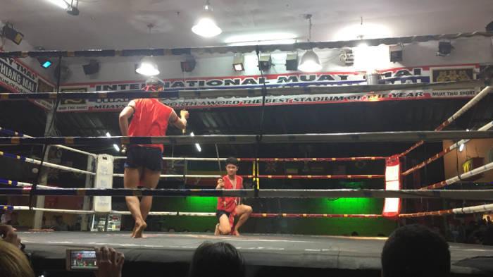 Afbeelding van twee vechters die elkaar met een speelgoedzwaard bespelen in Chiang Mai Thailand