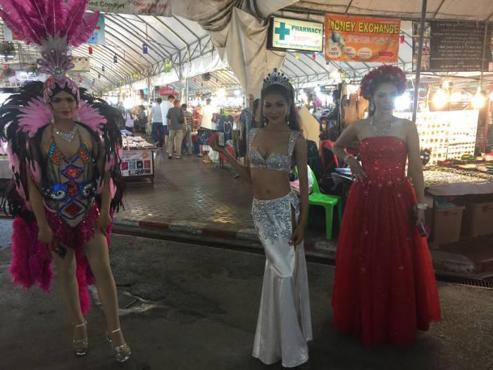 Foto van drie ladyboys in Chiang Mai Thailand die reclame maken voor de opkomende ladyboy cabaret show