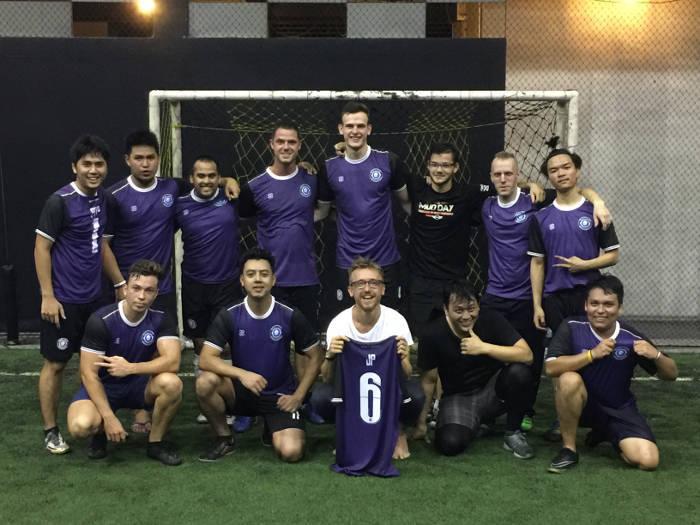 Afbeelding van een groep mannen die een voetbalclub genaamd de Bangsaen allstars opgericht hebben in Bangsaen, Thailand.