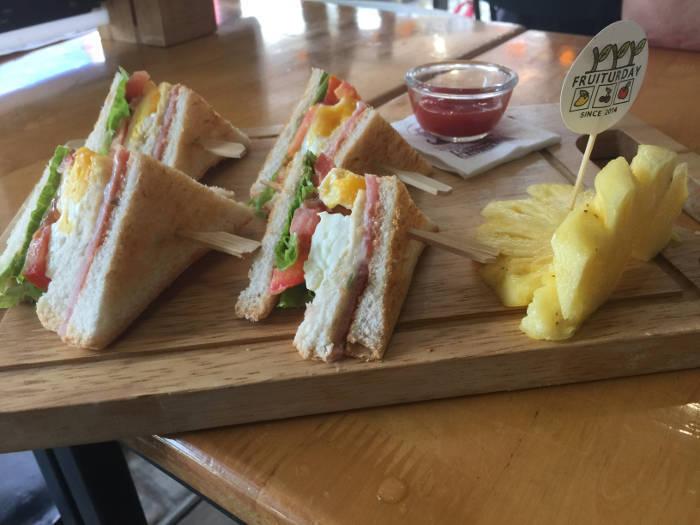 Foto van een club sandwich die te verkrijgen is bij de Fruiturday in Chiang Mai