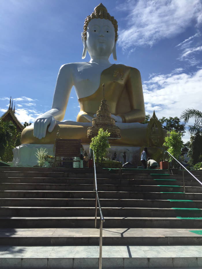 Foto van een gouden boeddhabeeld bij de Doi Kham tempel in Chiang Mai