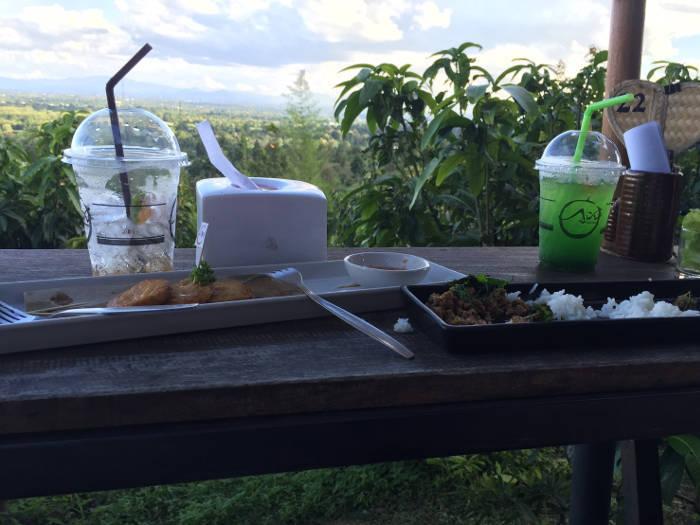 Foto van voedsel en het mooie uitzicht van het Phuffin Terrace in Chiang Mai