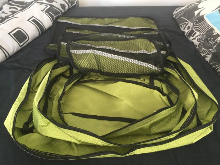 Afbeelding van de packing cubes van het merk Sunflake die uitgevouwen liggen.