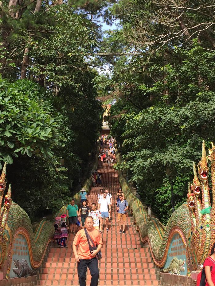 Afbeelding van de trap die omhoog gaat naar de Doi Suthep tempel in Chiang Mai.