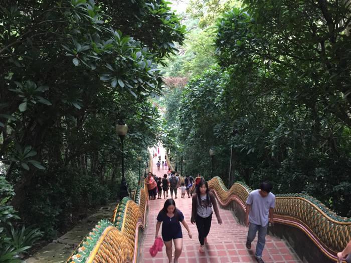 Foto van de trappen van de Doi Suthep tempel vanaf de bovenkant genomen.