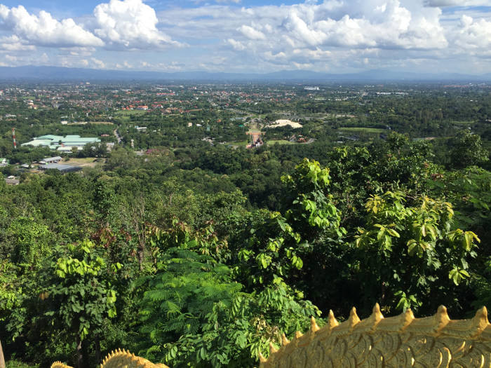 Uitzicht vanaf de Wat Phrathat Doi Kham tempel in Chaing Mai, Thailand.