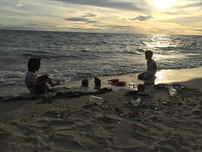 Afbeelding van het vervuilde strand van Bangsaen