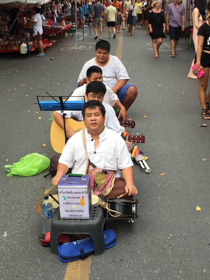 Diverse Thaise straatmuzikanten die te vinden zijn op de Sunday walking street in Chiang Mai