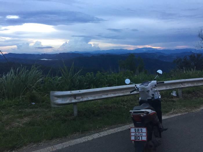 Afbeelding van een scooter met een prachtig uitzicht in de omgeving van Pai.