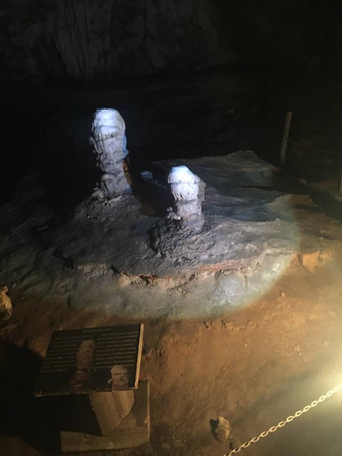 Afbeelding van een stuk rots in de Tham lod cave die een bepaalde vorm moet voorstellen.