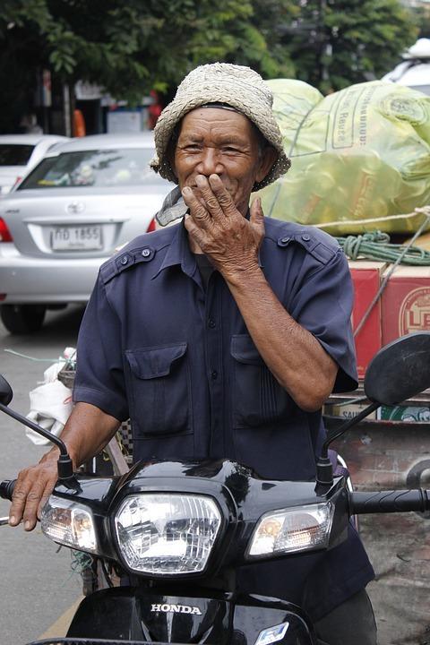 Afbeelding van een lachende Thaise meneer.
