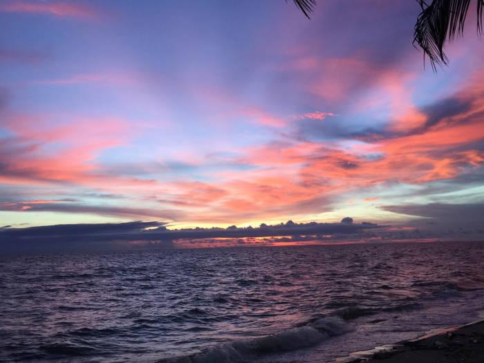 Foto van een zonsondergang in Bangsaen, Thailand.