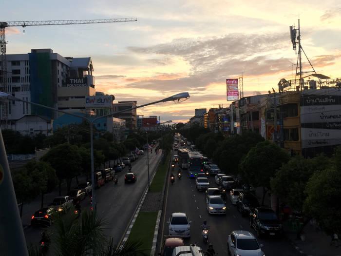 Afbeelding van de hoofdweg in Bangsaen, Thailand.
