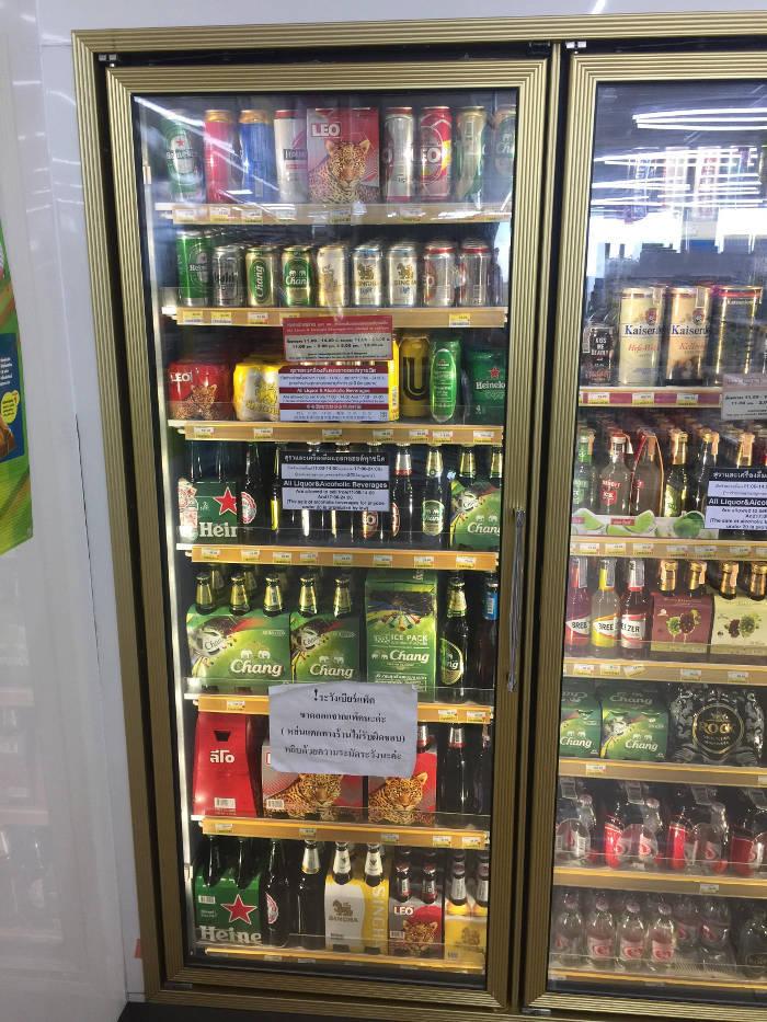 Foto van de bierprijzen die de 7-eleven in Thailand hanteert.