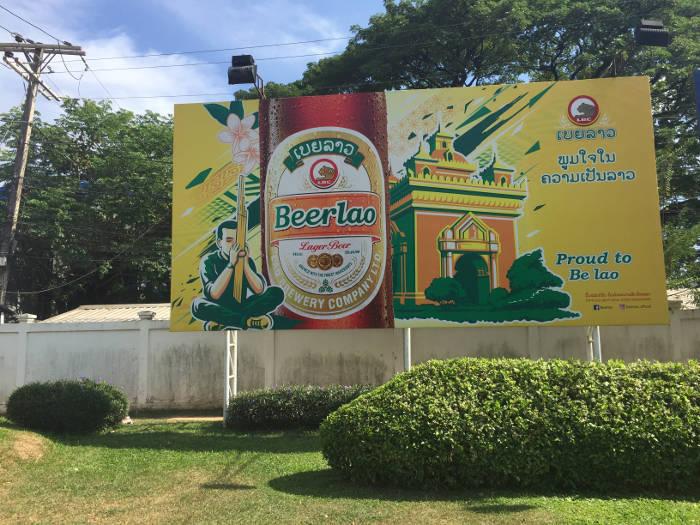 Billboard met reclame van het bekende bier Laos.