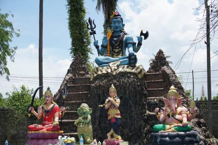 Afbeelding van diverse boeddha beelden in het hemel gedeelte van de Wang Saen Suk hell garden.